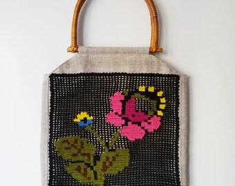 Handbag with Wooden Handles and a Flower Crochet