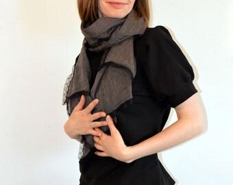 foulard,( C3) étole en cotonnade taupe, beige à fines rayures et jolie dentelle noire