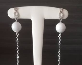 Earrings in 925 sterling silver and 14 mm howlite beads.