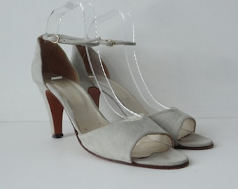 Elegant 80s Vintage Pumps With Ankle Straps // Gray Suede // Bella Cara // Size 42 // Made In Italy