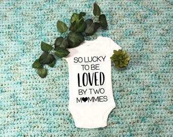 Lesbian Bodysuit, Lesbian Moms, Lucky to be loved by two mommies, Two Moms, Two Mommies, LGBT Baby Outfit, Two Mommys, Baby shower gift