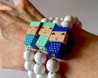 """Bracelet figurine cubique """"Poupée""""  perles bois laquées  blanches"""