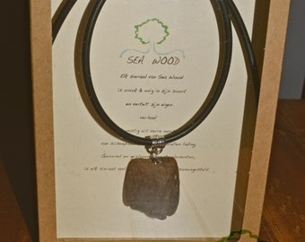 Necklace with pendant of the wood [O]