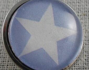 Bouton pression étoile blanche fond bleu ciel