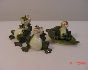 3 Vintage Ceramic Frogs And A Leaf   17 - 290
