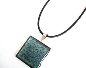 Collier  pendentif artisanal en peinture à effet et recouvert de résine