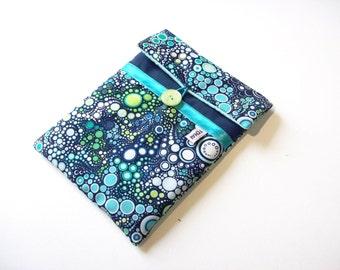 housse tablette 8 pouces bleu marine et motifs bulles turquoise,pochette matelassée pour ipad mini bleue a bulles,pois turquoise
