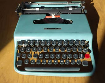 Vintage Typewriter - 1950's Light blue Olivetti Lettera 22 - Fulle Serviced - Working Perfectly