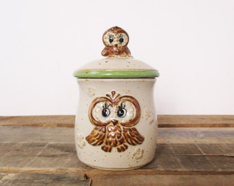 Vintage lidded sugar dish or honey pot with retro owl design. 1960's sugar bowl or honey pot from 'Fine Stoneware by Lorrie'.