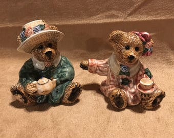 Beautiful 1992 Bearware pottery bear salt and pepper shakers in excellent condition