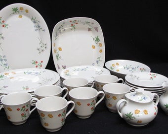 Set of Royal Doulton China Springtime Pattern 1975 Dinnerware Service for 8