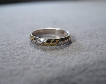 vintage sterling silver band style ring with shine and diamond cut diagonal etching, size 5    M