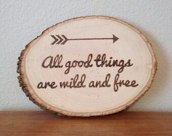 Hölzerne brennende Art Inspirational Pfeil Zitat: Aller guten Dinge sind Wild und frei