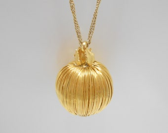 Gorgeous Gold Tone Wire Pendant Necklace (7500) Possibly Apple With Leaves