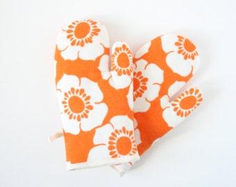 Retro oven gloves