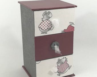 SMALL DRESSER with jewelry - small red and gray mouse