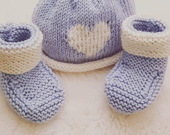 Gift set. Knotted heart design beanie with matching co-ordinating bootees.