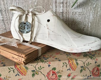 Decorative old shoe form, wooden shoe mold painted with chalk paint and patinated in shabby look Vintage home decor