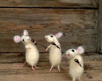 Dollhouse mice miniature singers Felted mouse mini Collectable organic gift Waldorf toy Woolen funny animal Music players mouse Unique idea
