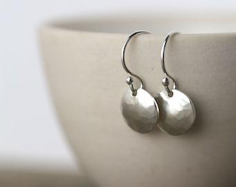 Argent boucles d'oreilles à la main, cadeau de fête des mères, martelé argent disque boucles d'oreilles, bijoux faits main bijoux en rodage