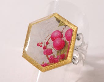 Ring cabochon, beige and gold, red berries