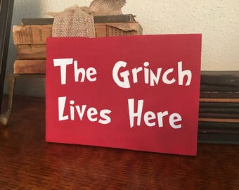 The grinch lives here wood pallet sign