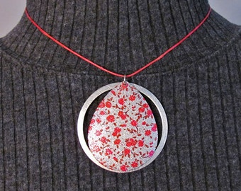 Short Fuchsia Necklace with Bright Floral-patterned Brushed Aluminum Teardrop Pendant