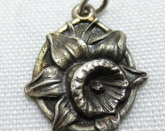 DAFFODIL FLOWER - First flower of Spring -- Sterling Silver Charm