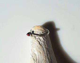 Dainty textured band sterling silver garnet bullet ring, size 6.5
