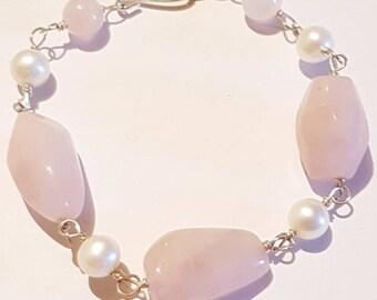 Rose quartz and pearls gemstone bracelet.