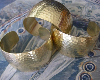 1 PC Raw Brass hammered cuff bracelet / tapered, domed - B413