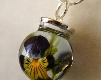 Sale 20% Rabais Pansy and moss necklace, pansy glass necklace, pansy pendant, glass and resin necklace, botanical necklace, moss pendant, na