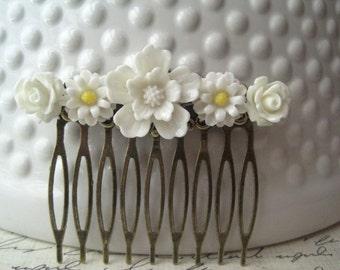 White Flower Hair Comb, White Wedding Hair Comb, Romantic Wedding Hair Accessory, Bridesmaid Gift, Floral Hair Piece
