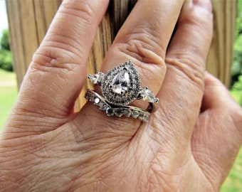 Gorgeous 9.25 Sterling Vintage Pear Shaped 3.50 CZ Clear Crisp Diamond Ring with Chevron Round Stoned Wedding Band