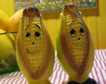 Salt and pepper shakers, corn cobs. Handmade vintage Japon.Agitateurs. Yellow and black.
