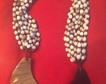 Perles à la main beiges et marron et le collier corne de taureau