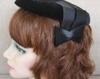 Vintage Women's Veiled Black Close Cap Hat with Satin Bows
