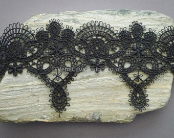Fan Arch Delicate Lace Trim in Black and White