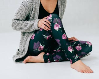 Flowers leggings with classic illustration printed by sublimation ideal for yoga, sport work and friendly 5@7. Purple, black