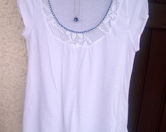 White cotton shirt with collar and bracelet