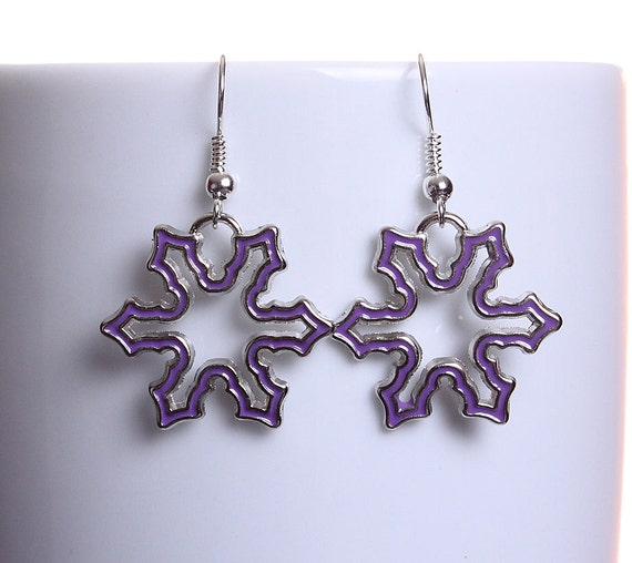 Purple enamel snowflake silver tone dangle drop earrings (608)