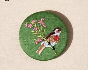 Grande broche bordée oiseau linotte sur branche fleuri e