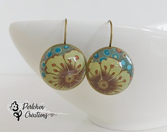 Earrings with flowered cabochon made of polymer clay