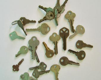 Assorted Vintage keys, lot of 25. Assorted styles, colors, makers. Metal keys, great for crafts, assemblage, collections.