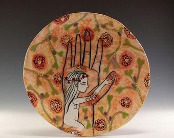 Original gemalt Teller - Malerei von Jenny Mendes auf einem runden Keramik Teller - Akt in Hand
