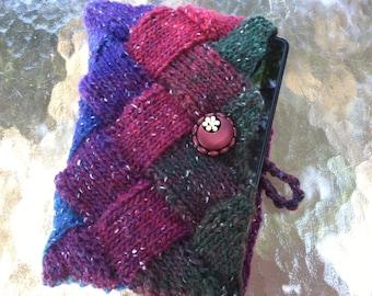 Les tons de bleu, violet, marron, rouge et vert forêt tricoté Entrelac Kindle Nook ou tablette couvrent avec bouton en bois Antique