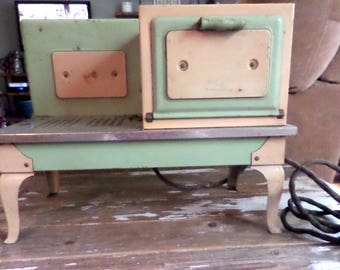 Vintage Metal Ware Empire Salesman Sample Cooking Stove Oven Cream and Green Electric Works Toy