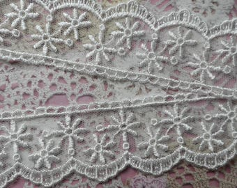 White lace embroidered on tulle with fine flowers and scalloped polyester 4,00 cm width