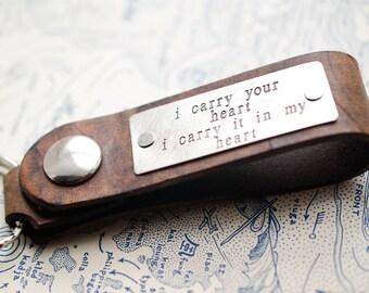 Je porte votre coeur personnalisé en cuir clé chaîne accessoire, cadeau d'anniversaire, porte-clé personnalisé, cadeau de mariage, ee cummings