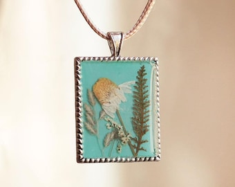 Pendant with blades of grass